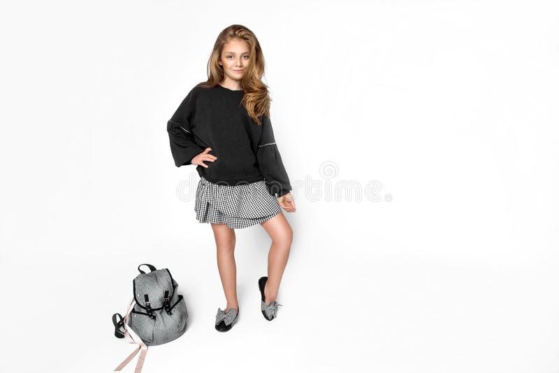 De nouveau ? l'?cole Fille mignonne d'enfant avec le sac à dos fonctionnant et allant instruire avec l'amusement - image photographie stock