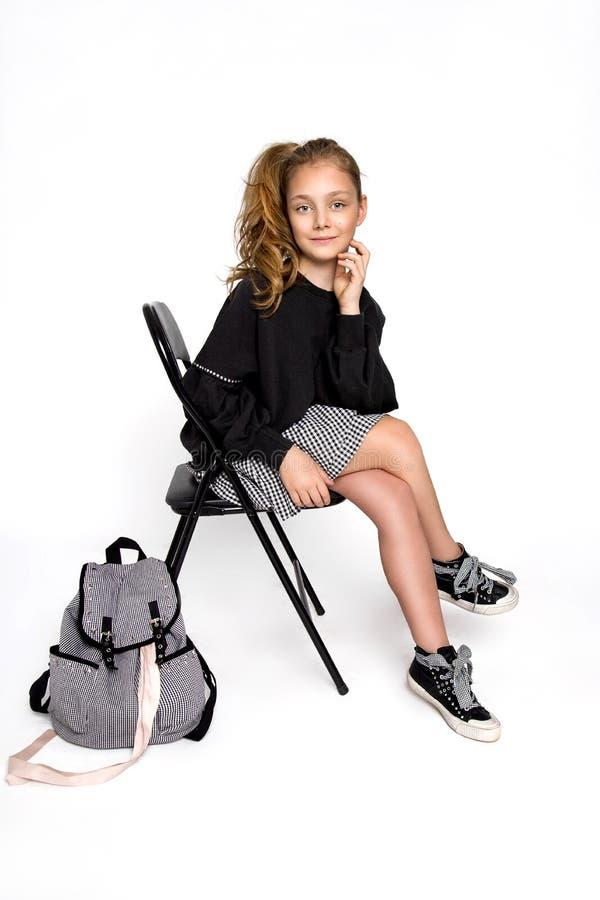 De nouveau ? l'?cole Fille mignonne d'enfant avec le sac à dos fonctionnant et allant instruire avec l'amusement - image image stock