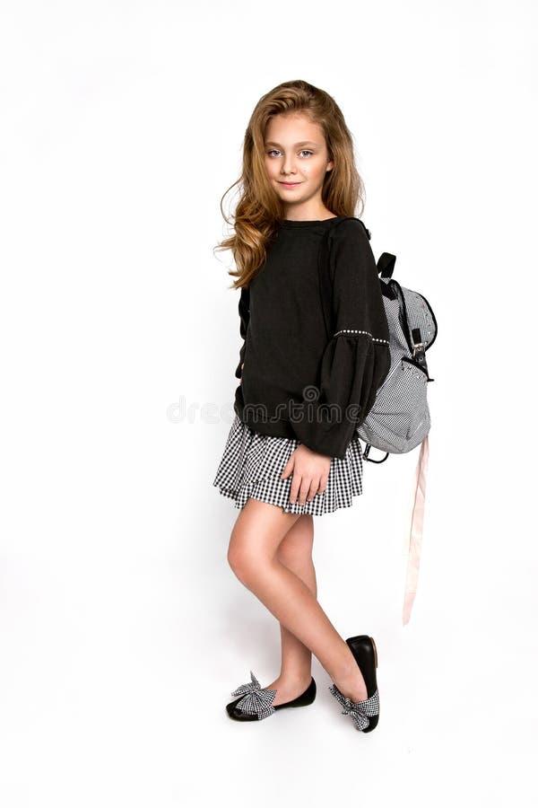 De nouveau ? l'?cole Fille mignonne d'enfant avec le sac à dos fonctionnant et allant instruire avec l'amusement - image photos stock