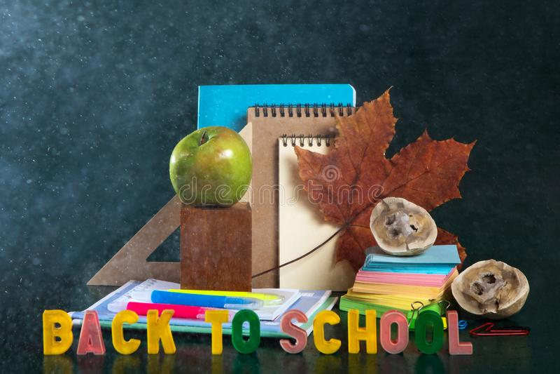 De nouveau ? l'?cole La vie toujours avec des fournitures scolaires Fond vert Carnets, carnets, stylos feutres Photo color?e images libres de droits
