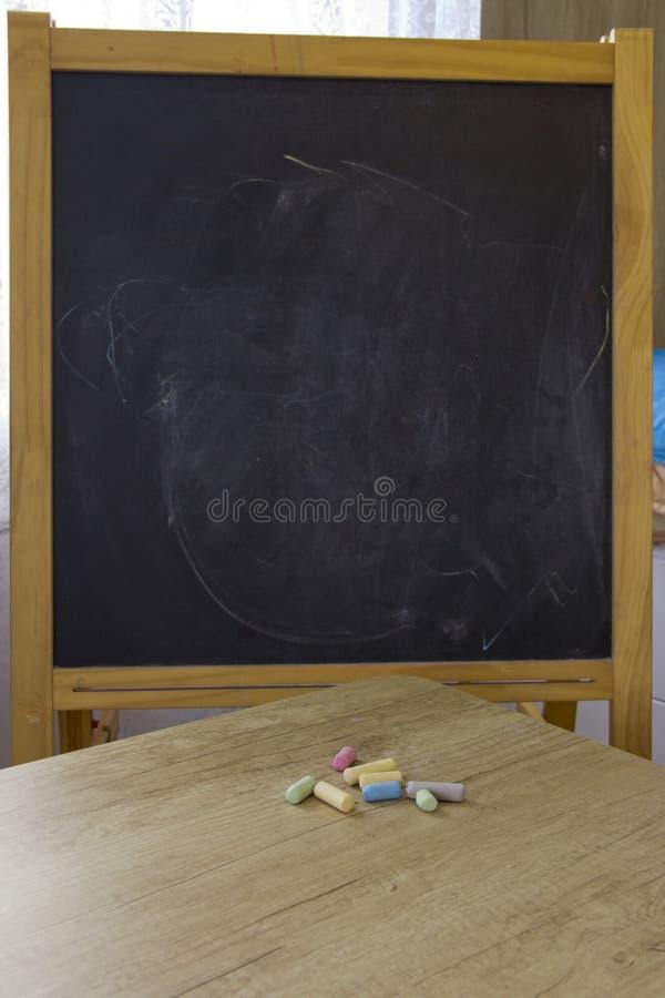 De nouveau ? l'?cole Planche à dessin et crayons colorés images libres de droits