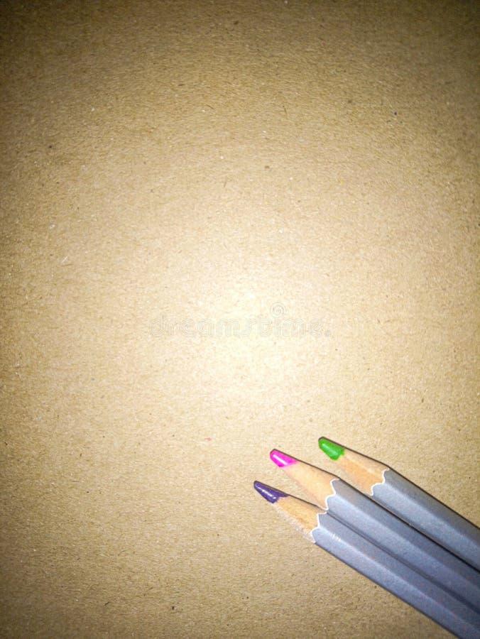 De nouveau ? l'?cole Trois crayons de crayon sur un fond simple de carton image libre de droits