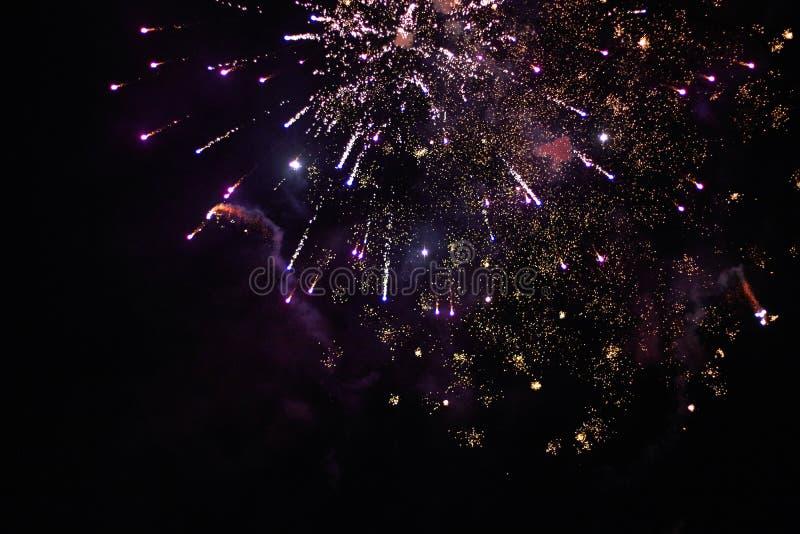 De nouvelles années de feux d'artifice d'Ève, une fusée éclate admirablement photos stock
