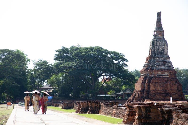 21 de novembro de 2018 - Ayutthaya TAILÂNDIA - mulheres com vestido tradicional que visitam em ruínas tailandesas do templo foto de stock
