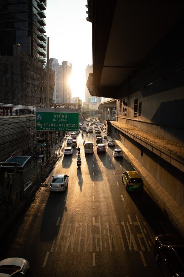 19 de novembro de 2018 - Banguecoque TAILÂNDIA - estrada com opinião dos carros da ponte com arranha-céus e do por do sol no prim fotos de stock