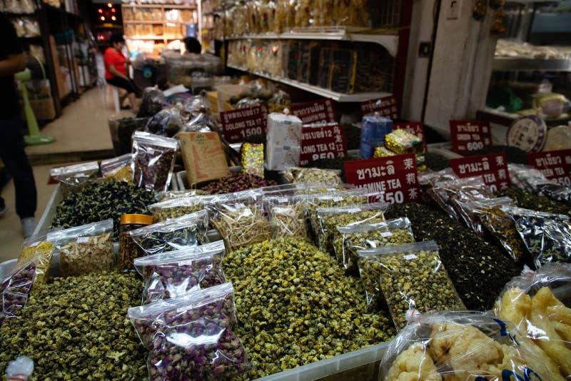 20 de novembro de 2018 - Banguecoque TAILÂNDIA - tipos diferentes de sementes e de ervas do chá em um mercado em Banguecoque imagens de stock