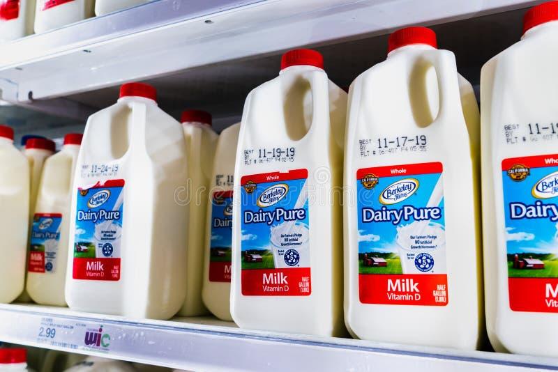 12 de novembro de 2019 Sunnyvale / CA / USA - Leite DairyPure nas prateleiras de um supermercado; A marca DairyPure é propriedade fotografia de stock