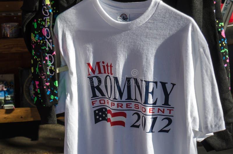 2 de novembro de 2012 - Washington DC: Mitt Romney para o t-shirt do presidente em uma loja de lembranças é para a venda durante  imagem de stock