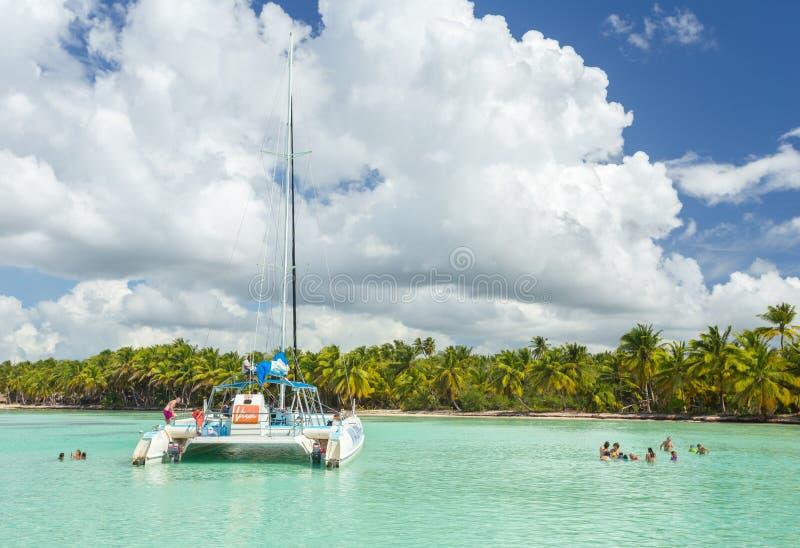5 de noviembre de 2015, un ` de Viva Dominicus del ` del barco del catamarán con un grupo de turistas en el mar del Caribe, cerca fotos de archivo libres de regalías