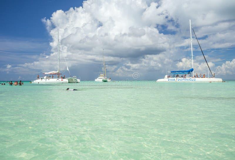 5 de noviembre de 2015, un ` de Viva Dominicus del ` del barco del catamarán con un grupo de turistas en el mar del Caribe cerca  imagenes de archivo