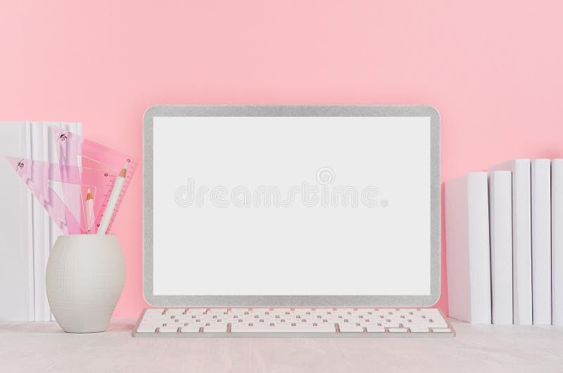 De nuevo al fondo de la escuela para el ` s de la muchacha - los efectos de escritorio blancos, esconden el ordenador portátil y  fotografía de archivo
