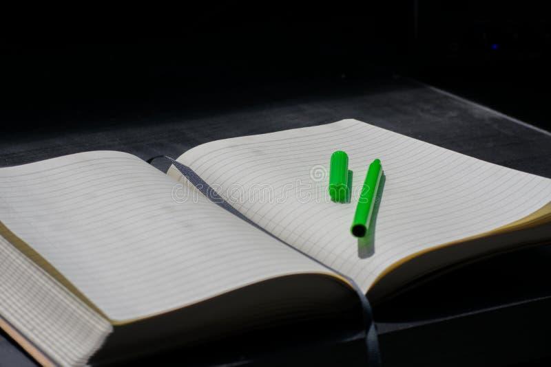 De nuevo al marcador del verde del cuaderno de Noteblock de la escuela el color observa verano imágenes de archivo libres de regalías