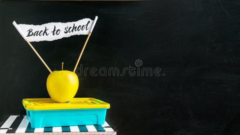 De nuevo a bandera horizontal de la escuela Caja azul del lanzamiento y app amarillo imagen de archivo libre de regalías