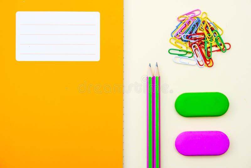 De nuevo a borradores y a los lápices del libro de trabajo de la escuela o del libro de ejercicio imagen de archivo libre de regalías
