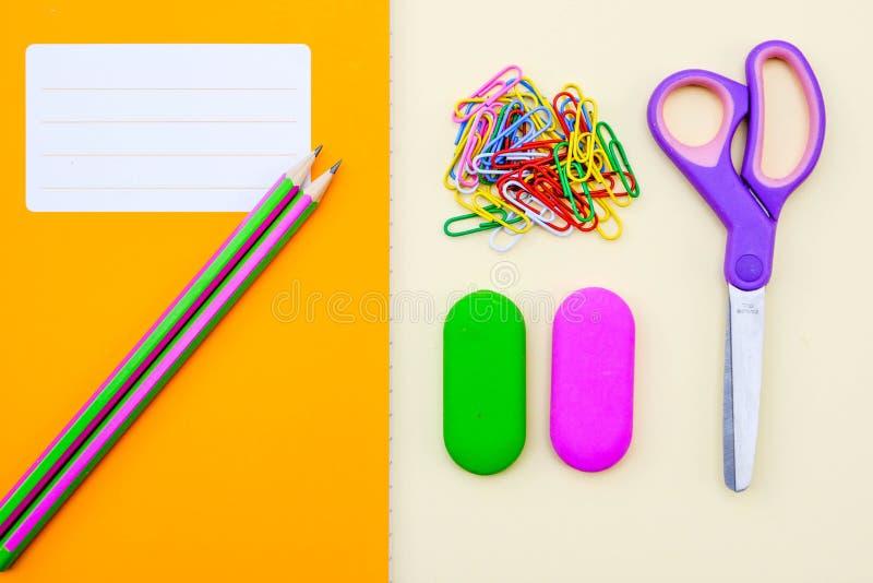 De nuevo a borradores y a los lápices del libro de trabajo de la escuela o del libro de ejercicio foto de archivo libre de regalías