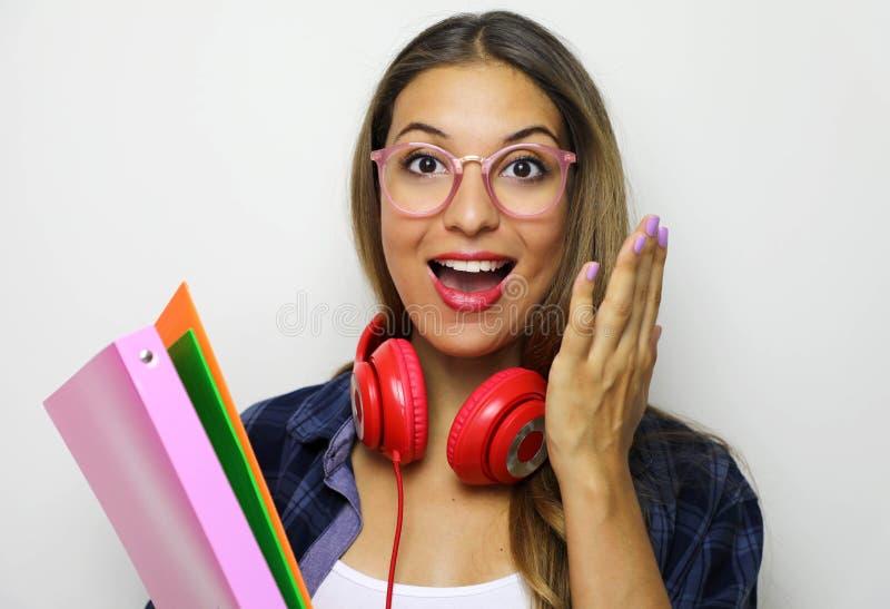 De nuevo a concepto de la escuela La imagen de la mujer joven emotiva sorprendida lleva los vidrios y los soportes a cuadros de l foto de archivo libre de regalías