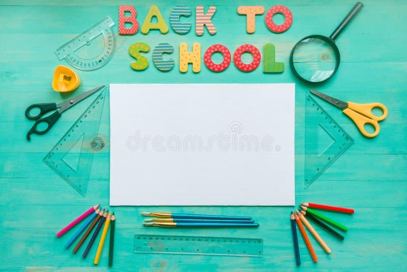 De nuevo a concepto de la escuela Texto, espacio en blanco, fuentes de escuela, y hojas secas del otoño en fondo de madera Visi?n foto de archivo libre de regalías