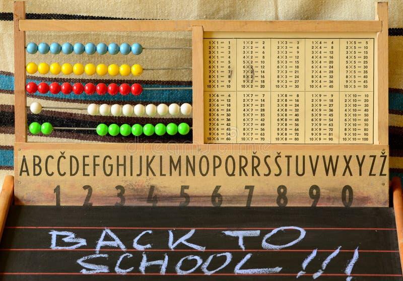 De nuevo a escuela Ábaco, pizarra, alfabeto y números imagenes de archivo