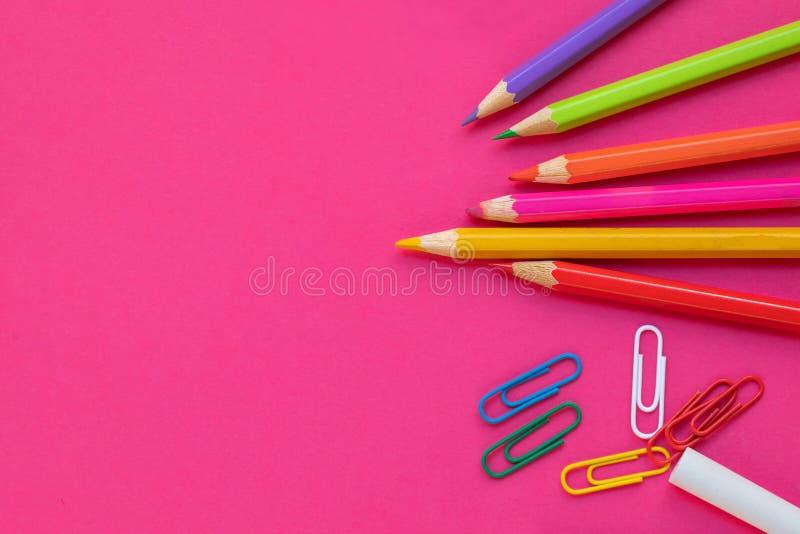 De nuevo a escuela Art?culos para la escuela en fondo rosado Concepto de la educaci?n De nuevo a escuela Endecha plana, espacio d imagen de archivo