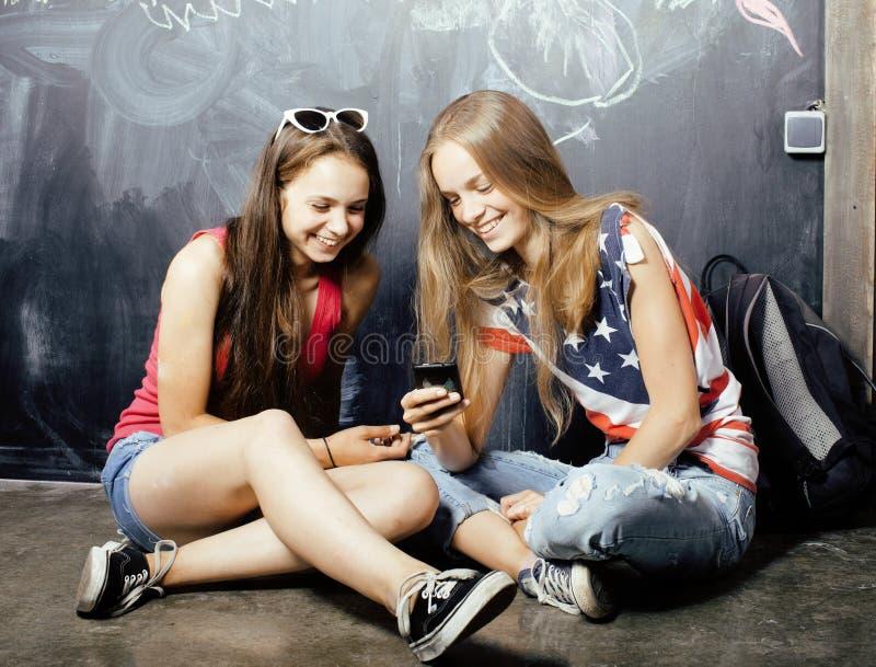 De nuevo a escuela después de vacaciones de verano, dos adolescentes fotografía de archivo