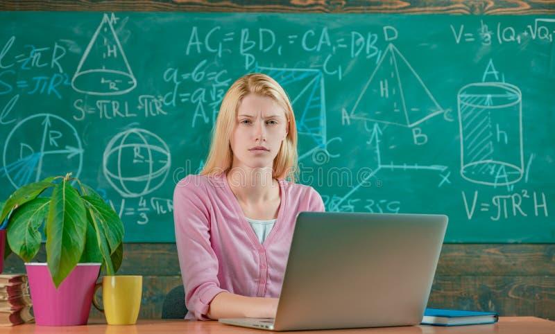 De nuevo a escuela Educaci?n remota Fondo rubio adorable de la pizarra de la sala de clase de la muchacha del estudiante Concepto fotos de archivo libres de regalías