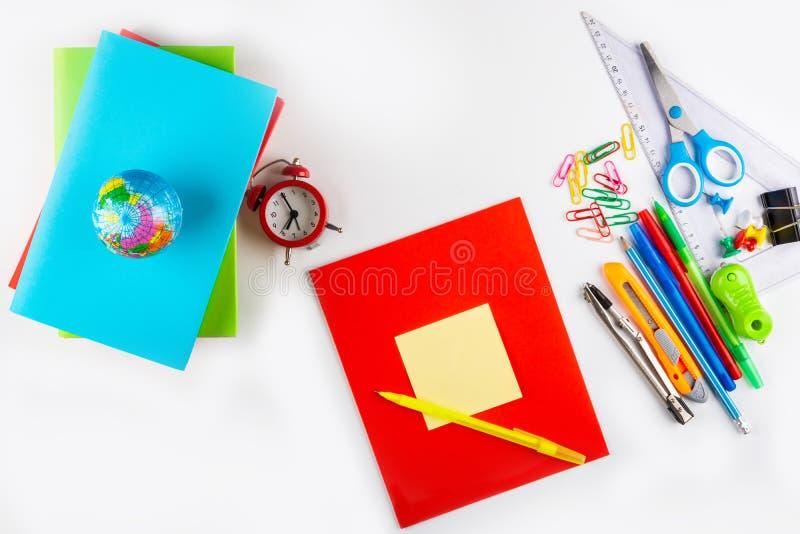 De nuevo a escuela Efectos de escritorio, libros de texto y cuadernos coloridos fotos de archivo
