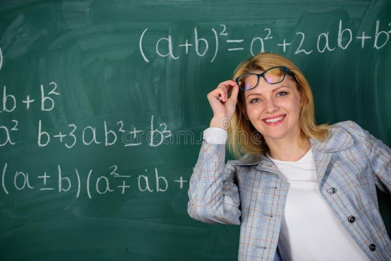 De nuevo a escuela Finalmente graduado Día de los profesores Estudio y educación Escuela moderna Día del conocimiento Mujer en sa foto de archivo