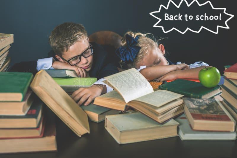 De nuevo a escuela Motive a su niño para estudiar el tema aburrido imagenes de archivo