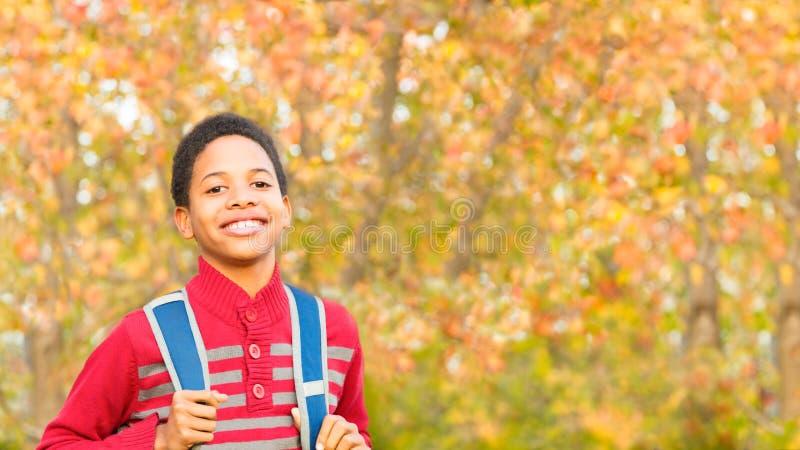 De nuevo a escuela Muchacho o estudiante lindo con la mochila fotos de archivo