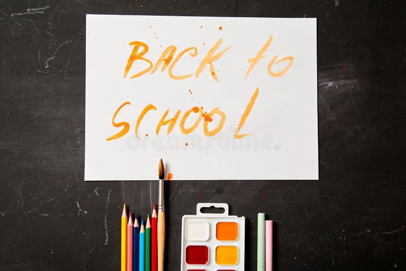 De nuevo a escuela o a estudiante y a concepto de la educación Visi?n superior Creyones, pinturas y acuarelas imagen de archivo