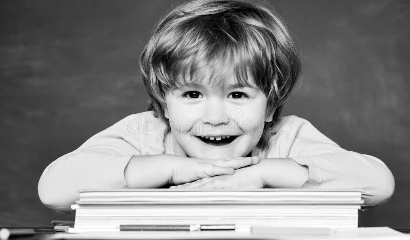 De nuevo a escuela y a tiempo feliz Alumno de la escuela o de la universidad que muestra a padres una prueba con el buen grado imagen de archivo libre de regalías