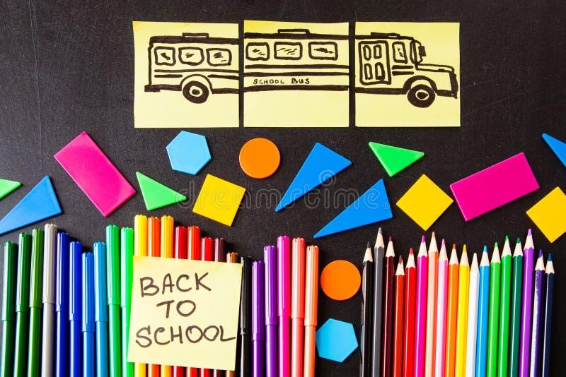 De nuevo a fondo de la escuela con muchos rotuladores coloridos y lápices coloridos, ` de los títulos de nuevo a ` de la escuela fotografía de archivo libre de regalías