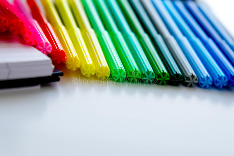 De nuevo a fuentes de escuela, marcadores coloreados brillantes, borradores de papel foto de archivo libre de regalías