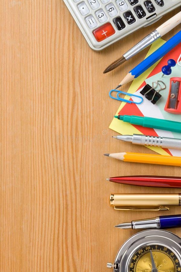 De nuevo a fuentes de la escuela y de oficina imágenes de archivo libres de regalías