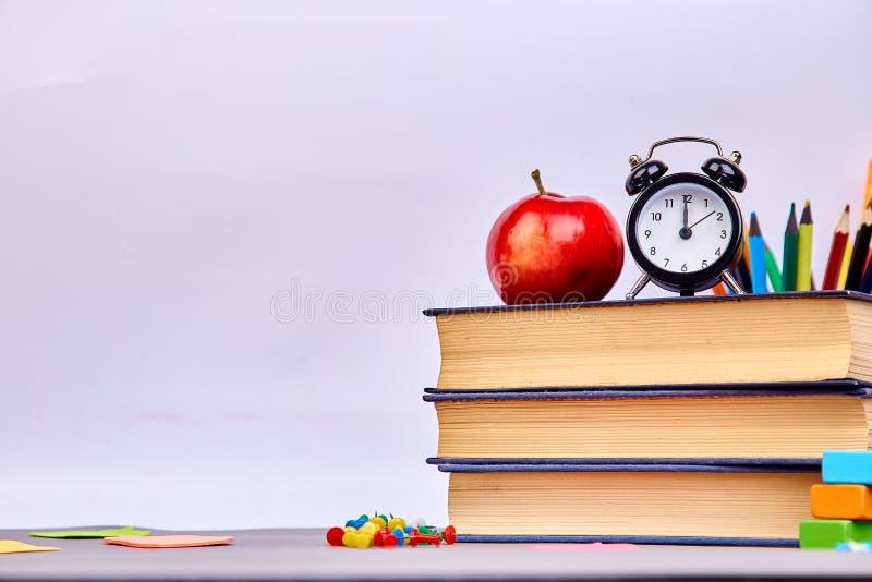 De nuevo a fuentes de escuela Libros y manzana roja imagen de archivo libre de regalías