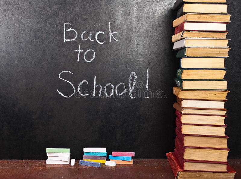 De nuevo a la escuela escrita en la pizarra fotografía de archivo libre de regalías