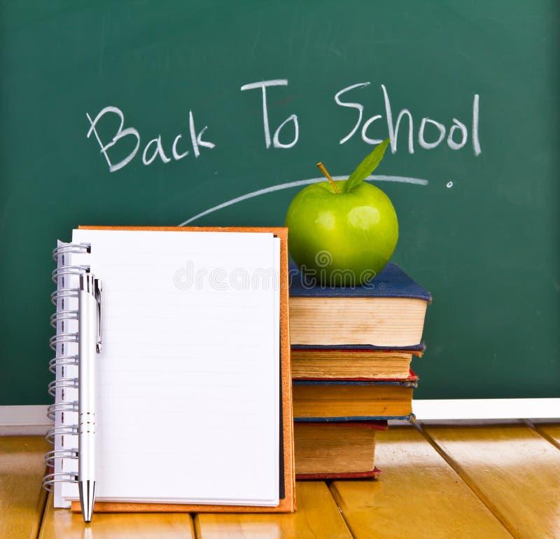 De nuevo a la escuela escrita en la pizarra. fotografía de archivo libre de regalías