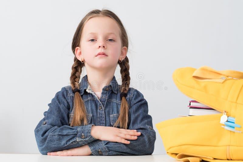 De nuevo a la mochila diligente de la muchacha del estudiante de la escuela fotografía de archivo libre de regalías