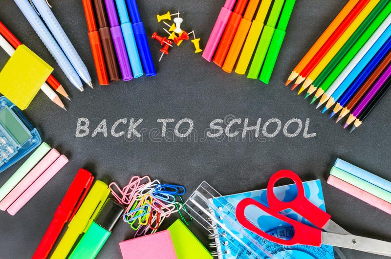 De nuevo a la pizarra de la escuela con las fuentes de escuela en ella fotos de archivo libres de regalías