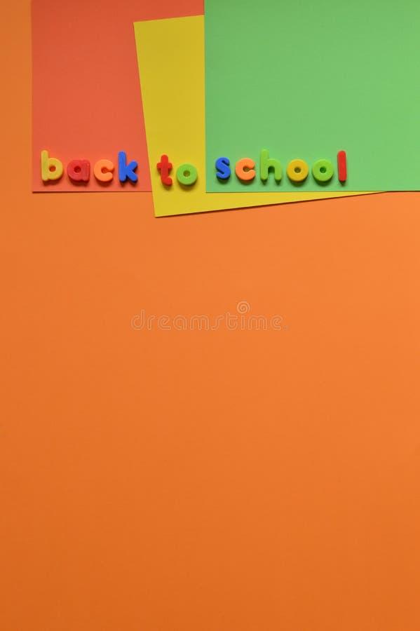 DE NUEVO a letras de la ESCUELA en el cartón colorido fotos de archivo libres de regalías
