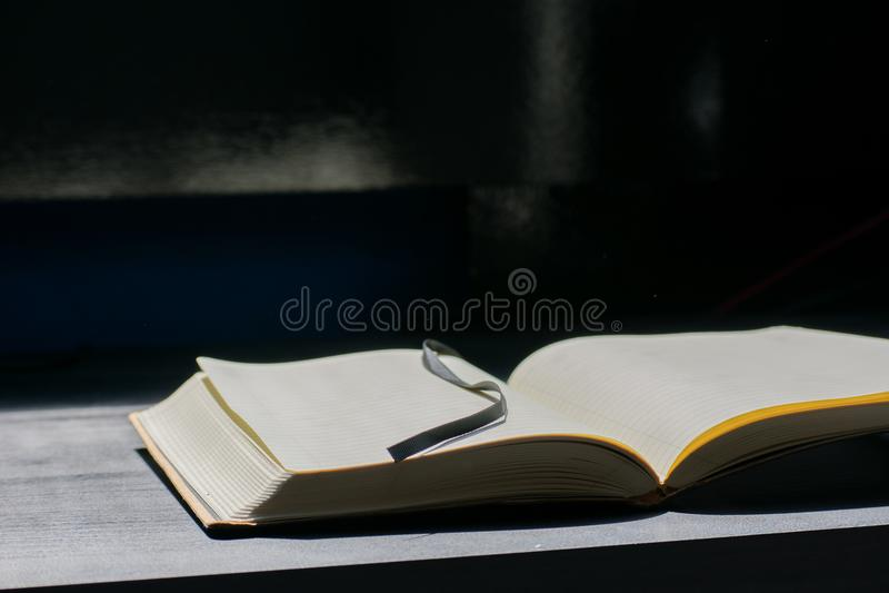 De nuevo a Noteblock de la escuela el cuaderno observa líneas del verano foto de archivo