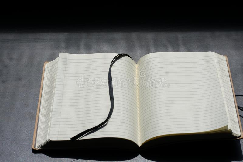De nuevo a Noteblock de la escuela el cuaderno observa líneas del verano imagen de archivo libre de regalías
