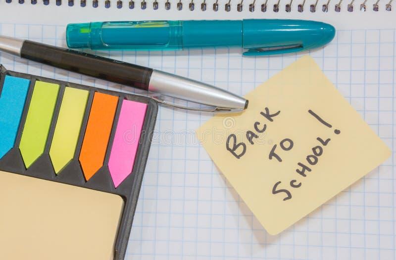 De nuevo a recordatorio pegajoso de la nota de la escuela imágenes de archivo libres de regalías