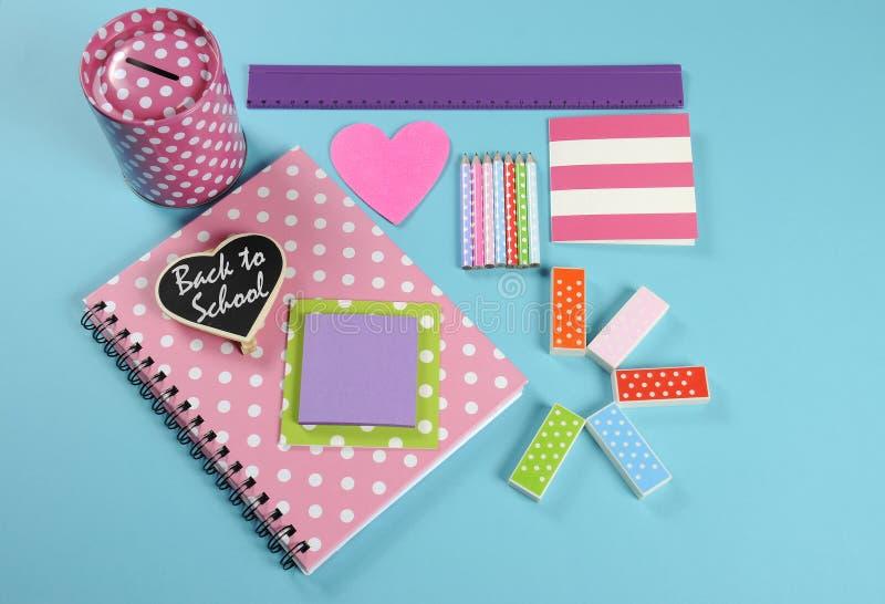 De nuevo a rosa brillante de la escuela, a lunar y a los efectos de escritorio coloridos imagen de archivo libre de regalías