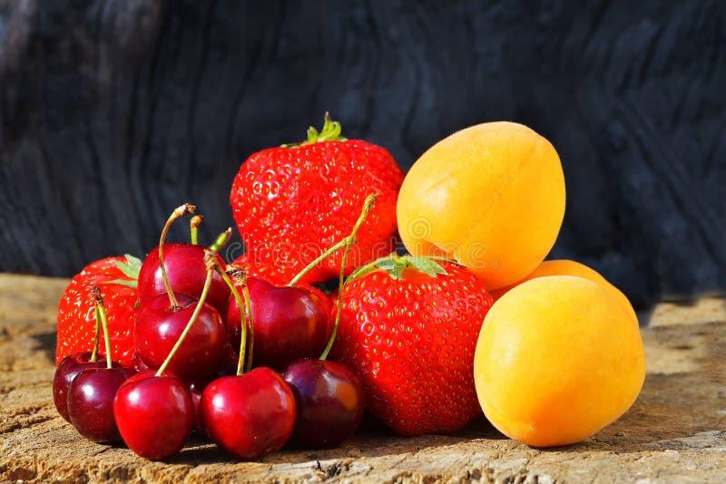 De nya bären och frukterna jordgubbeaprikoskörsbär fotografering för bildbyråer
