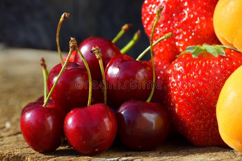 De nya bären och frukterna jordgubbeaprikoskörsbär royaltyfri fotografi