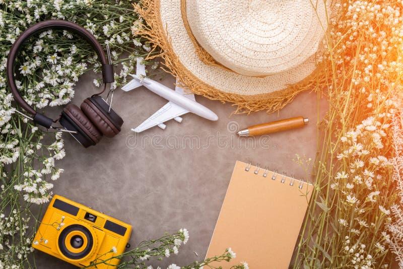De objecten van de de zomerreis samenstelling van hoofdtelefoonstuk speelgoed camerabloemen royalty-vrije stock foto