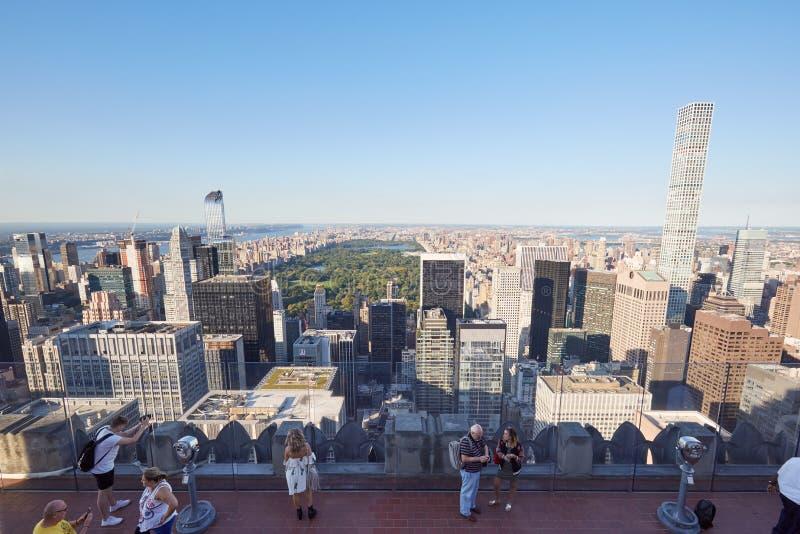 De observatiedek van het Rockefellercentrum met mensen in New York stock foto