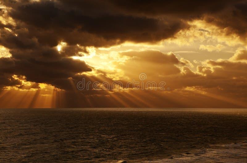 De Oceaan van de Zonsondergangzonnestralen van de hemelzonsopgang royalty-vrije stock foto