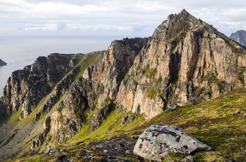 De oceaan van Noorwegen met de bergen stock afbeeldingen
